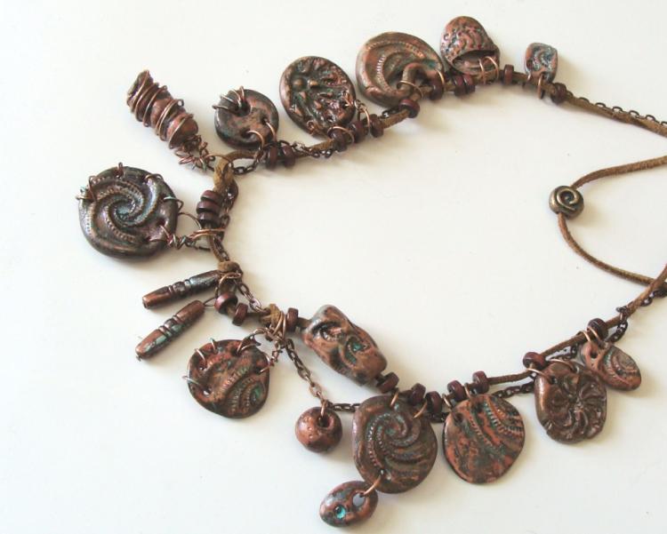 Ожерелье сделано целиком из полимерной глины с применением акриловой краски т состареной медной проволоки.
