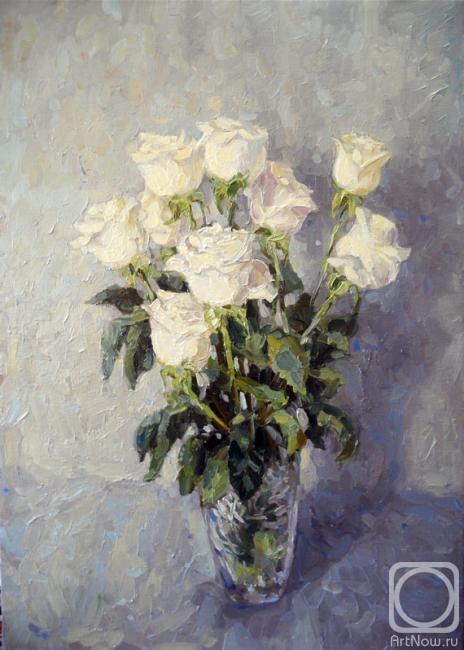 белые розы в хрустальной вазе.